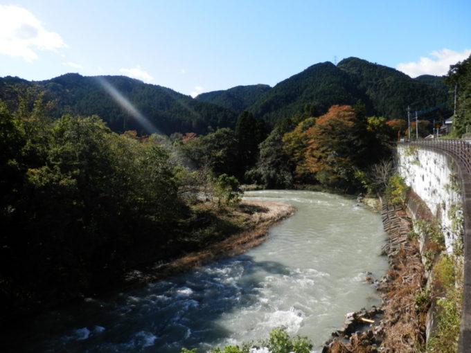 大雨で増水した入間川