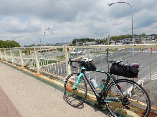国道4号の田間の歩道橋