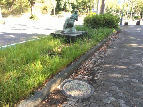 千葉県立柏の葉公園のオブジェとマンホール