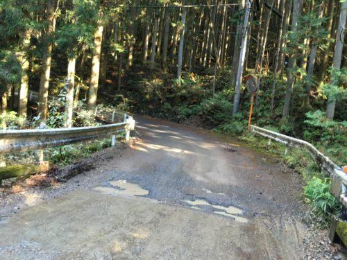 天目指峠、道路の段差