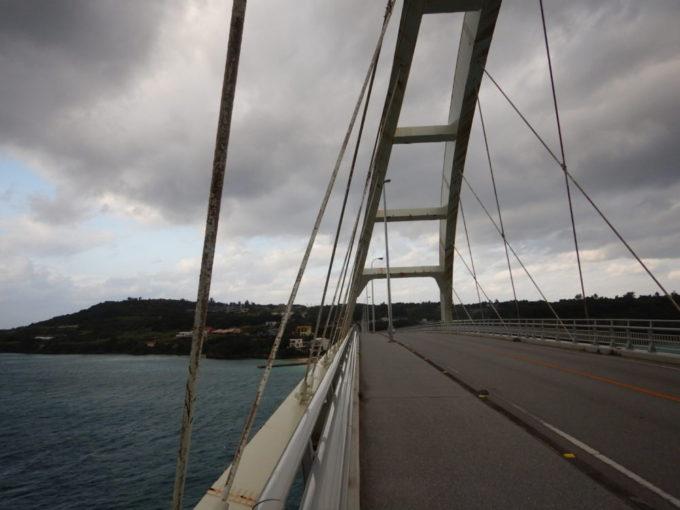 瀬底大橋の橋上