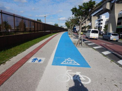 沖縄県那覇市の国道331号の自転車専用レーン