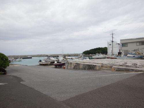 与論島の茶花漁港