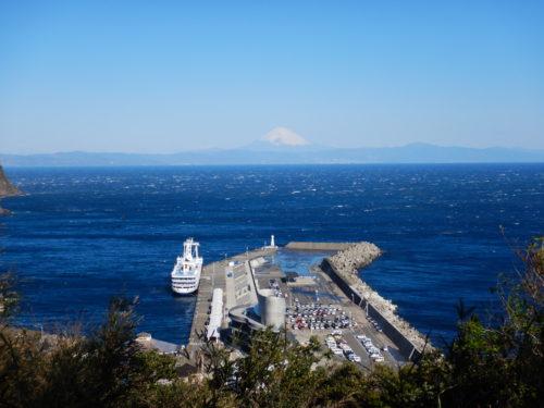 伊豆大島の港が見える丘