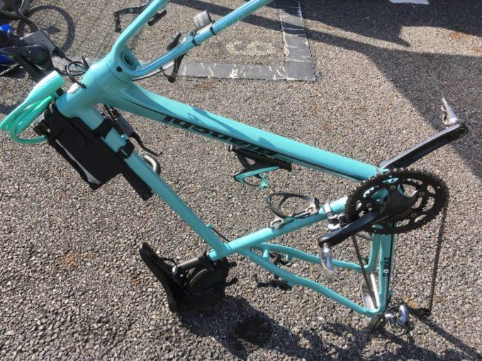 クロスバイクをサドルとエンド金具で自立