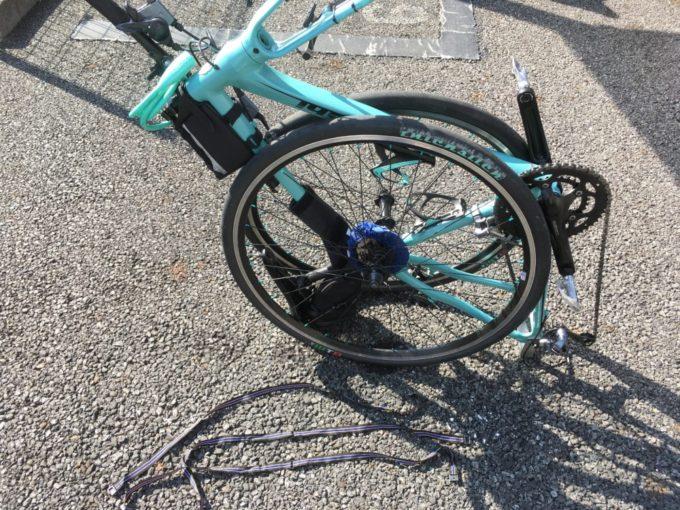 クロスバイクをタイヤで挟み込む