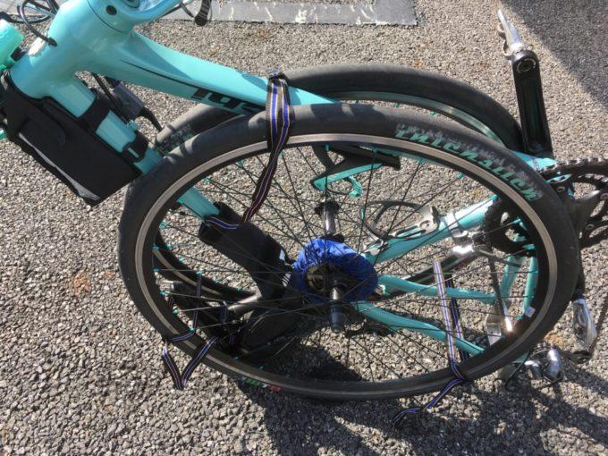 クロスバイクにタイヤを縛りつける