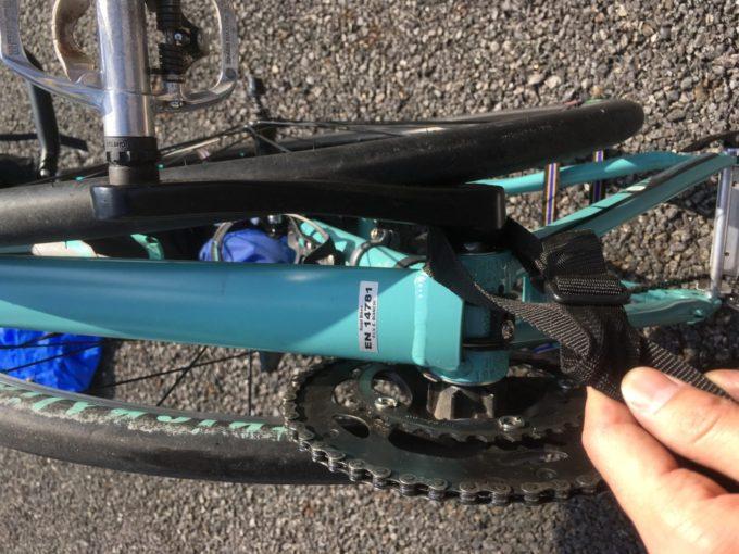 クロスバイクに輪行の肩掛け紐を付ける