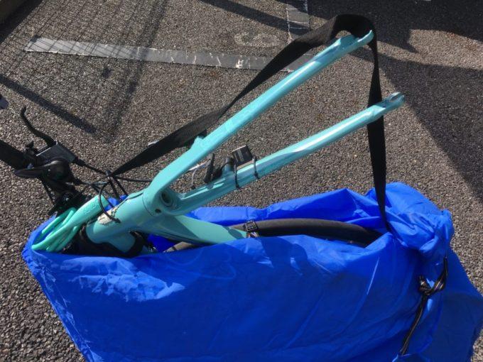 クロスバイクを輪行袋に入れる