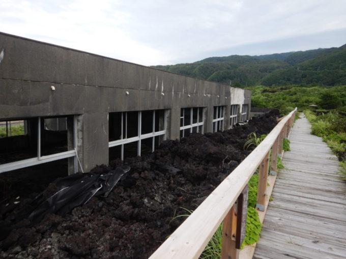 火山体験遊歩道の阿古小学校