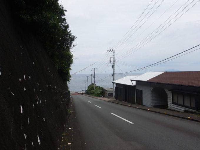 三宅島、伊ヶ谷漁港への道