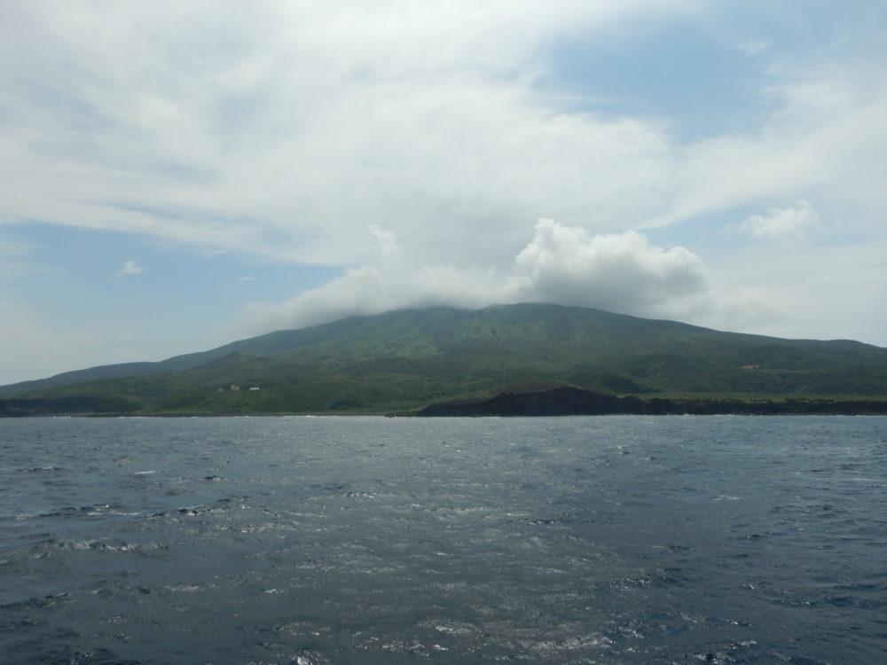 大型客船の上から見た三宅島