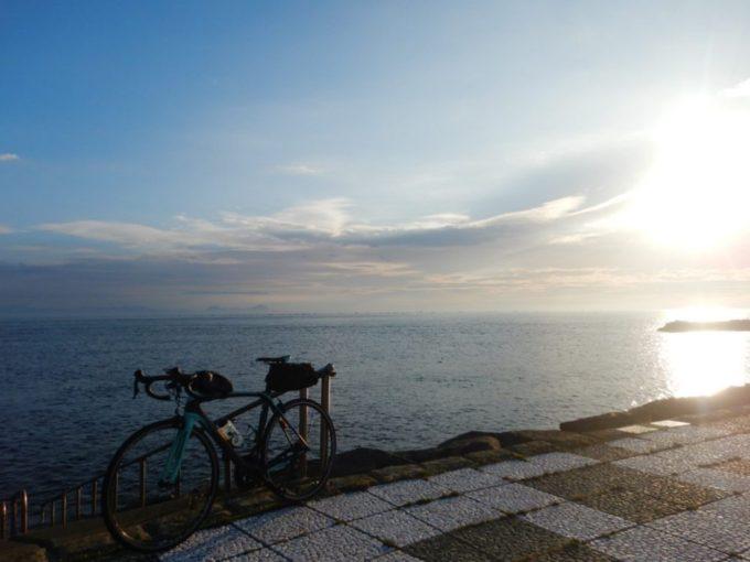 青森県大間崎の海とロードバイク