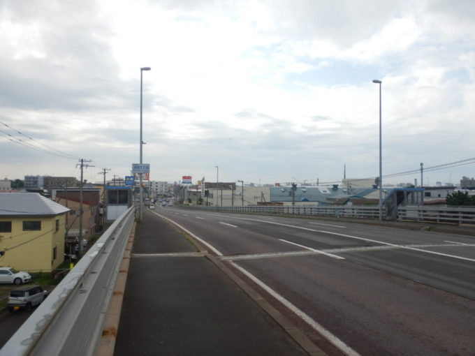 北海道函館市、国道227号を走る