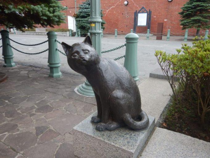 金森赤レンガ倉庫群にある猫の像