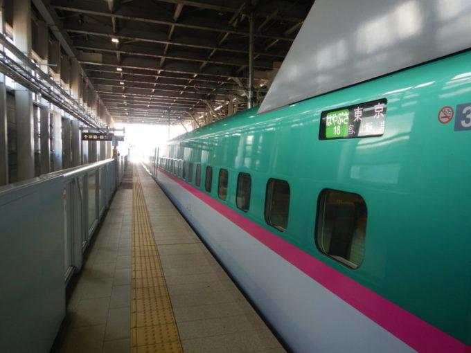 新函館北斗駅を出発する新幹線