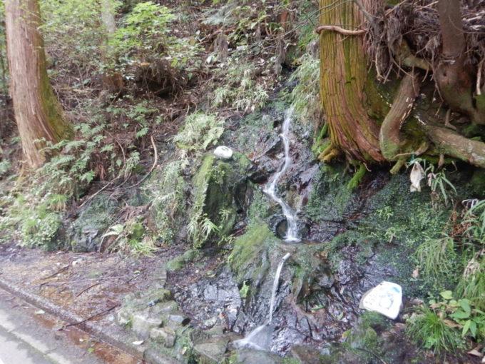 白石峠、起点から3.6km地点の湧き水