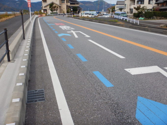 滋賀県道331号の路面標示『超急カーブ』