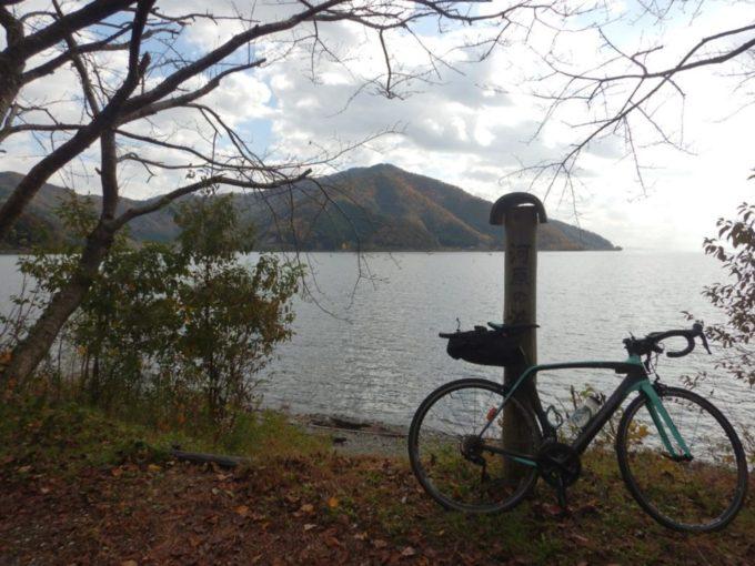 県道557号・西浅井マキノ線、琵琶湖とロードバイク