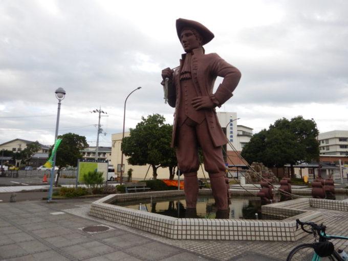滋賀県の近江高島駅前のガリバー像